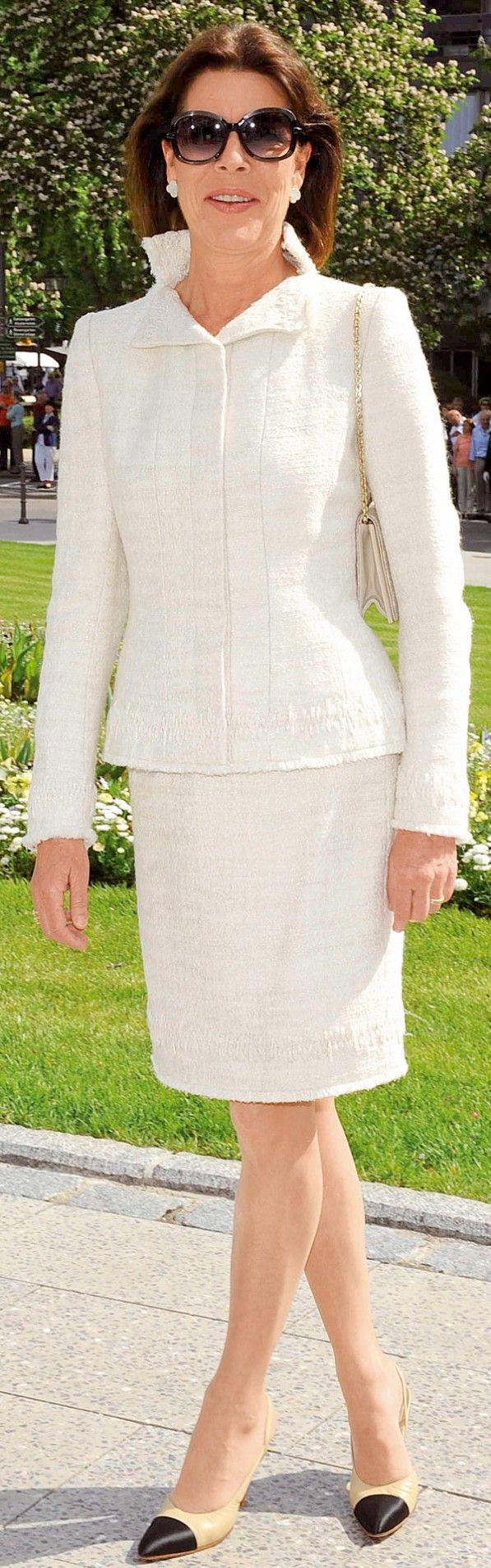 Carolina en traje chaqueta blanco.