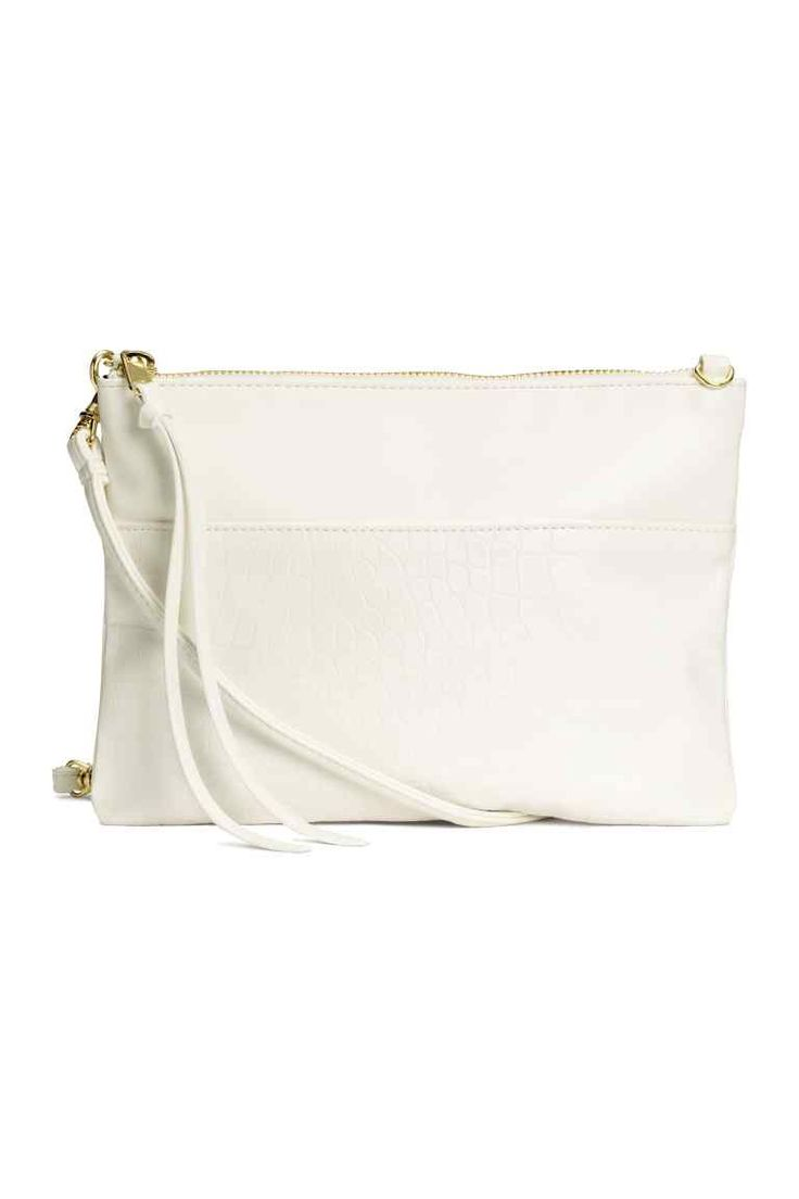 Small shoulder bag: Small shoulder bag in grained imitation leather with a detachable shoulder strap, zip at the top and an inner compartment with a zip. Lined. Size 16x21.5 cm.