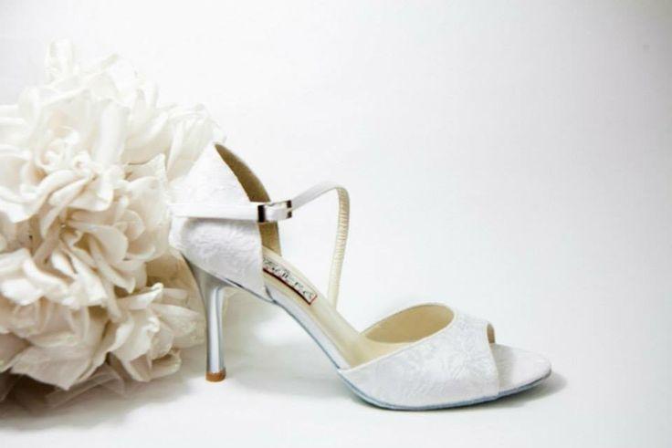 Felicite White Lace  Λευκή δαντέλα εμπρός,πίσω & πάτημα. Πλαϊνή μπαρέτα & πλαϊνό από λευκό σατέν. Ασημί τακούνι σε 7.5, 9 & 10cm  (Επιλογή:Ντυμένο τακούνι με σατέν) (Χρώμα:Ντύσιμο τακουνιού,πλαϊνά,πάτημα & μπαρέτα σε χρωματιστό σατέν της αρεσκείας σας)   White Nights...Χειροποίητη Νυφική Συλλογή!!! join us...www.facebook.com/todosbailar