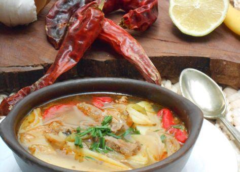 El Ajiaco, una de las sopas mas típicas de Chile, reponedora y adecuada para después de celebrar. Acá tienes la receta.