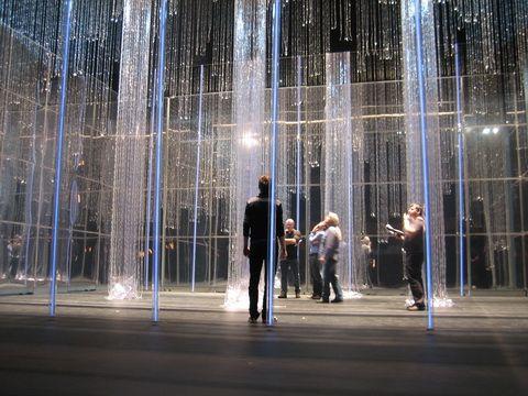 Alberto Esteban y Marcelo Pacheco. Espacio escénico para El ballet  Marie Antoinette. Evoca un mundo onírico, concebido como una jaula de cristal en la que se mueven los personajes.
