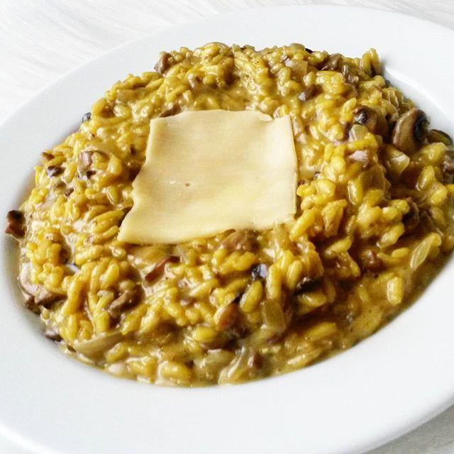 Mam wielką słabość do tego mediolańskiego risotto 🍲  A żeby Was zarazić tą miłością to podaję przepis 🙊🙈 Przepis: ✅4 łyżki ryżu arborio (może być zwykły) ✅ok. 1 szklanka wody ✅1 mała cebula ✅kilka pieczarek ✅szczypta szafranu bądź mała torebeczka sproszkowanego szafranu lub kurkuma ✅1 łyżka masła (nie można zamienić olejem kokosowym, bo straci swój maślany posmak!) ✅pieprz ✅parmezan/ gouda (nie miałam akurat tego pierwszego 😒). Cebulę i pieczarki pokrój i zeszklij na maśle. Dodaj ryż i…