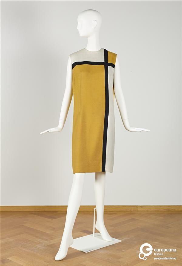 Jurk van beige synthetisch linnen met in voorpand incrustaties van 2 banen idem stof in zwart, die een kruis vormen op linkerborst en 2 witte vlakken van idem stof, in 'Mondriaanstijl' | Zollner Young Dress - Europeana