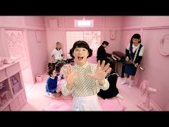 星野源のニューシングルFamily Song動画公開から3日間で240万回の再生にオドロキ(_;)  今回のFamily Songはドラマ過保護のカホコのエンディングテーマでもあり発売前から話題でしたよね   ミュージックビデオ特典DVDの予告編のミュージックビデオでは一面ピンク色の自宅の世界観にいるおげんさんとその家族たち  NHKの不定期番組おげんさんといっしょは星野源がおげんさんに扮して自分の事音楽の事などを家族と一緒にトークするバラエティ番組 まさかMVに登場するとはファンにはとっても嬉しいサプライズ  女装の星野さんはすごく美人で違和感がない(笑)  しかも家族役のメンバーがすごい  お父さん役には高畑充希娘役には藤井隆なども登場してます 他にもバンドメンバーの河村カースケ智康Drums おばあちゃん役長岡亮介Guitar娘役小林創Piano息子役も現れてすっごい豪華ですよ  ぜひじっくりご覧ください   星野源MVが猛反響高畑充希藤井隆も登場(シネマトゥデイ) http://ift.tt/2u6tlRg
