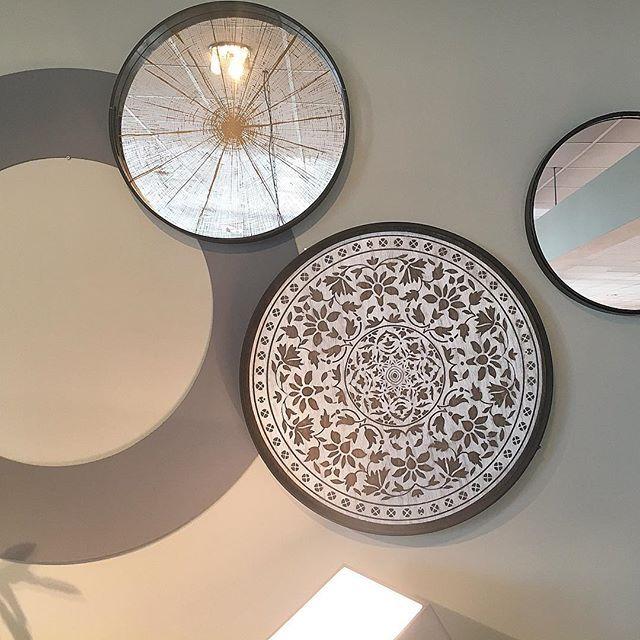 """Mirror mirror on the wall..."" 👁 • • • #spiegel #interieurdesign #woonblog #stijlvolstyling #sbzinterieurdesign #wonen #interieur #rondespiegel #cirkel #mirror #interieurblog #woontrends #interieurtrends"