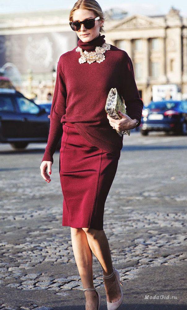 Водолазка – это обтягивающий свитер, к которому пришит высокий ворот. Она то возникает на подиумах и считается одним из самых модных вещей сезона, то исчезает и является синонимом «дурного вкуса». В этом сезоне – она на пике популярности, поэтому стоит узнать, с чем ее носить, чтобы выглядеть стильно.