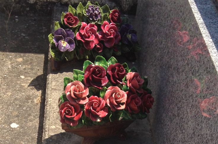 Ceramic Flowers France #keramiekvoorbuiten Bloemen van keramiek op een begraafplaats in de Provence