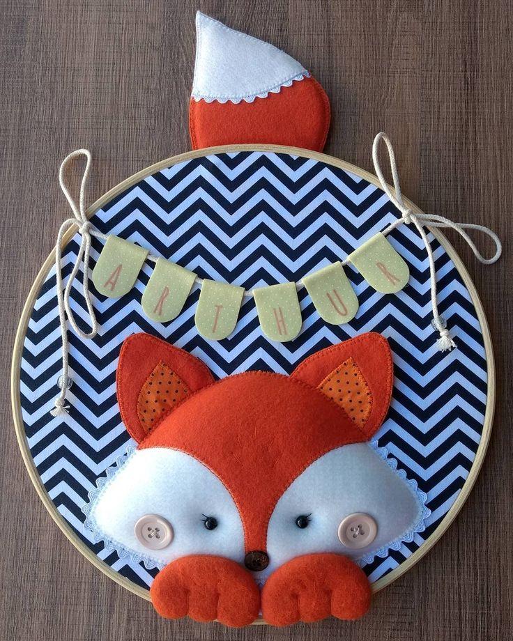 Confeccionado pelo Ateliê Miniamores, quadro decorativo em bastidor personalizado com o nome do bebê, modelo Raposa, com 30cm de diâmetro. Para decorar a porta do quarto na maternidade ou o quartinho do bebê. Produto artesanal.