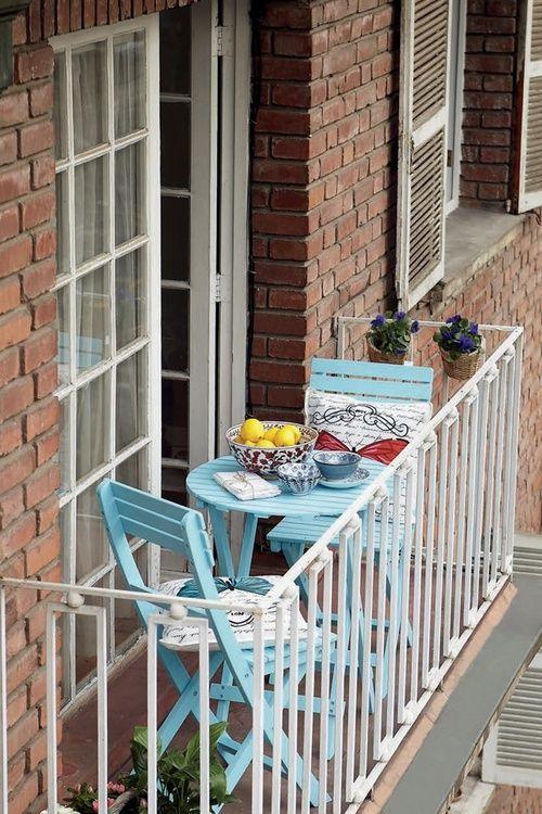 Idée pour les petit-déjeuners en été #urbain #balcon #chaises #table