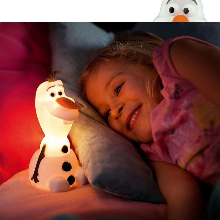 Philips Disney SoftPal LED Bærbar lampe Olaf - Philips Disney SoftPal er en serie med koselige og myke venner til ditt barn som vil lyse opp både lek og leggetid. Lampen skaper et miljø som oppfordrer barna til å gjøre det de best liker – moro og kreativitet. Dette blir et sted der barnet kan lese lekser, leke og sove i selskap med favorittfigurene fra Disney. Lampen er helt sikker i bruk. La Olaf fra Frost gjøre det litt tryggere og litt morsommere for barnet!