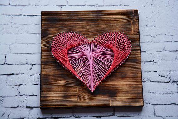 Liebe String Art -Gebeiztem Holz Hintergrund -Rote Hand aufgereiht Thread -Größe ist etwa 30 x 30 Zentimeter -Aufhänger auf der Rückseite ! Lieferung! Die durchschnittliche Lieferzeit für die meisten Länder beträgt 8-21 Tage. In einigen Fällen kann die Lieferung bis zu 30 Werktage