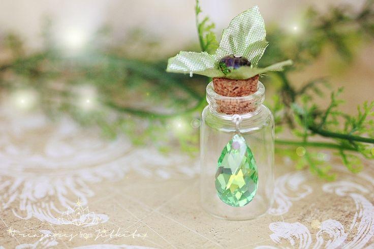 fantasy lahvička na drobnosti a vzpomínky vintagedózička zdobená metalickými lístky a broušenou skleněnou rondelkou na korku, hrdlo lahvičky zdobeno broušeným skleněným ověsem nádherně lesknoucí se v zeleno-žlutých tónech za příplatek možno připevnit řetízek na zavěšení výška skleněné dózy4,5 cm originální návrh - prosím respektujte autorská práva ...