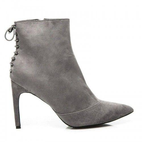 Dámské boty na podpatku Deneb šedé – šedá Zima klepe na dveře! Přivítejte ji zbrusu novými elegantními botami. Klasický střih je doplněn šněrovačkou v zadní části a nekonečným pohodlím, díky vložky z obuvnického filcu. Obujte …