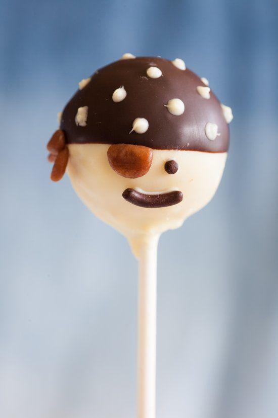 Superleuk om samen met je stoere zoon of dochter te maken: #cakepops met #chocolade versierd als piratenhoofdjes. Kijk voor het #recept op: http://www.oetker.nl/nl-nl/recept/r/piraten-cakepops.html #piraat