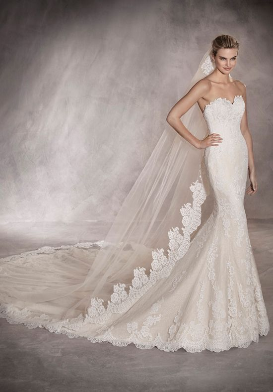 Tulle mermaid styled wedding dress with sweetheart neckline and floral lace embellishments I Style: PRINCIA I by PRONOVIAS I http://knot.ly/6490BIolI
