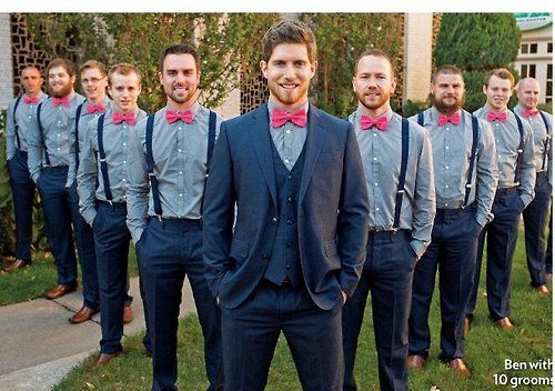 Insisto que los padrinos lleve un traje negro con el lazo/el corbatín rosado.