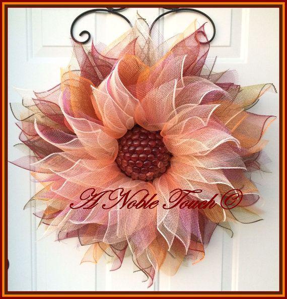 Mooie Ombre, oranje/goud, bruin en Bourgondië deco mesh bloem krans met een glas kralen centrum. Dit is een mooie bloem die zeker tot verrekening van een deur, muur of veranda. Add A Noble Touch aan uw leven! Krans maatregelen rond 26-28 rond. Dit is een gemaakt om te bestellen van de krans, laat 3 weken voor gemaakt om te leveren, maar het zal waarschijnlijk worden verzonden uit vroeg.  Als u lokaal aan Marlette, MI kunt u LOCAL10 typen in de sectie van de coupon te ontheffen van de sch...