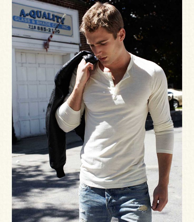 Take note, a henley is almost always greater than a tshirt. Effortlessly hot!