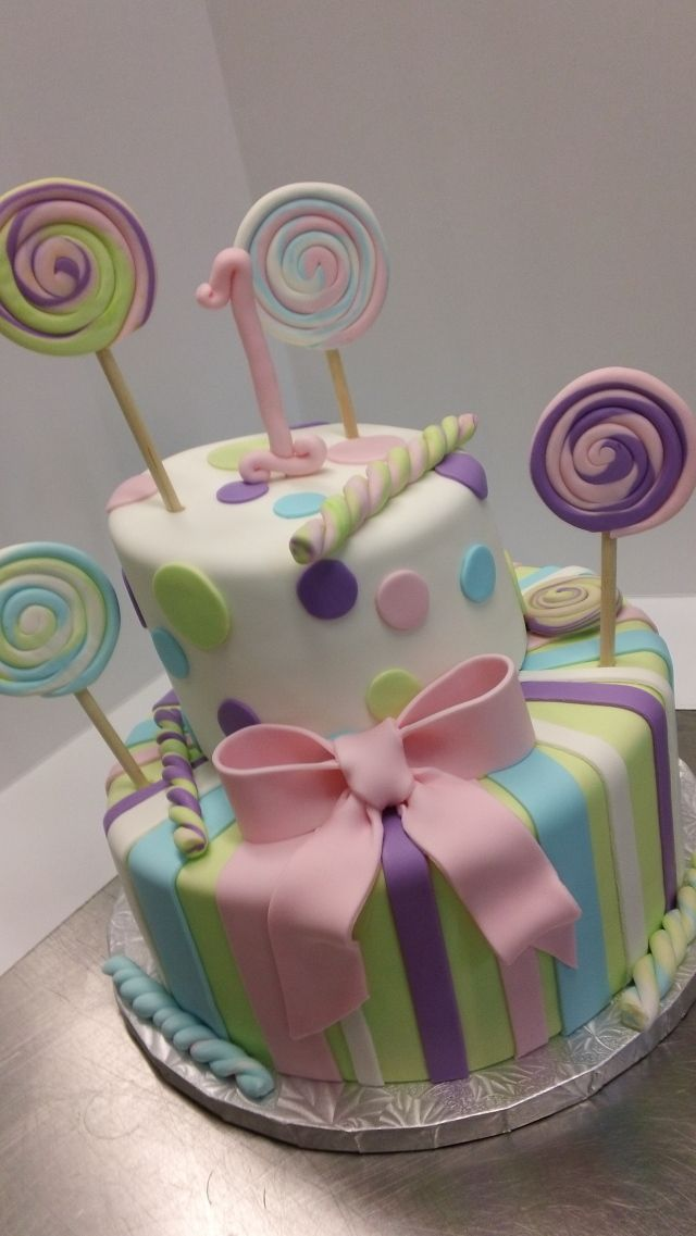 Really want to try working with fondant sometimes. So many super cute designs are possible! Just look at those stripes and that bow!