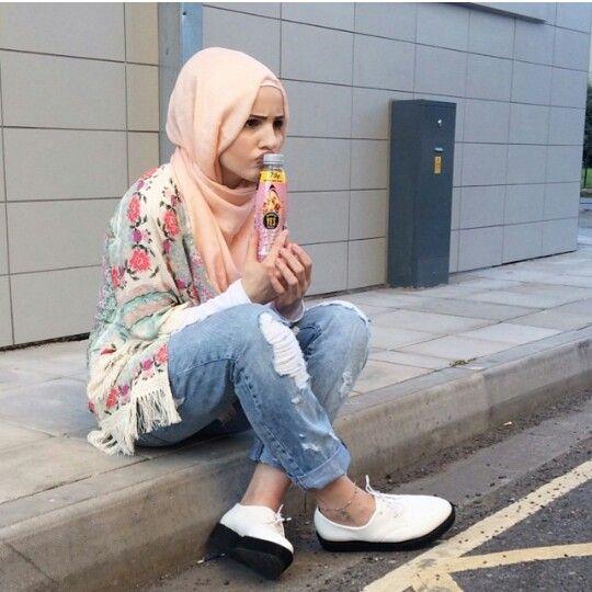 Hijab casual. Boyfriend jeans and blush pink hijab scarf and Aztec print kimono