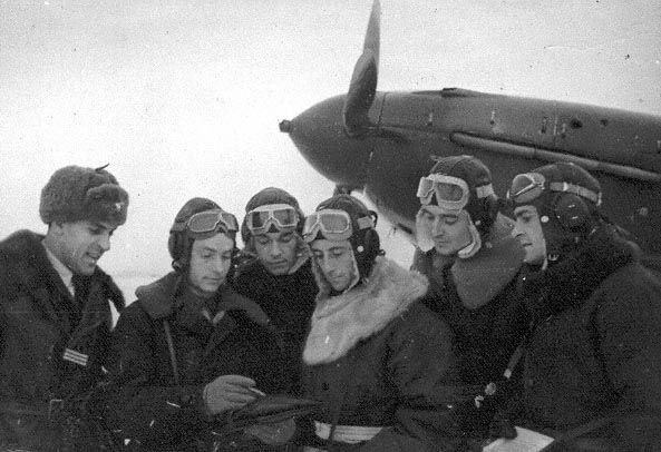 Капитан Друзенков П.И. знакомит группу летчиков «Сражающаяся Франция» (эскадрилья «Нормандия-Неман») с маршрутом предстоящего боевого полета. 1942 г.