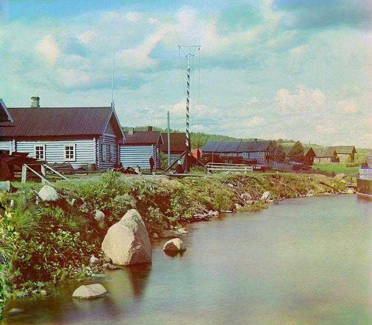 С. М. Прокудин-Горский. [Караульный дом], сигнальная мачта и склады М.П.С. в Сувалде. [Река Свирь]. 1909 год