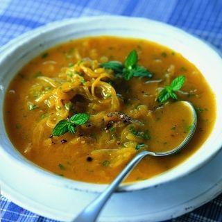 Soep met typische smaken van het Midden-Oosten, zoals pikante specerijen en verse munt. Deze soep is geschikt voor elk seizoen en perfect als lichte maaltijd in de zomer of als verwarmend en aromatisch voorgerecht in de winter. Dit recept komt uit het boek Gezond eten voor je hart van Gayler & Lynas.