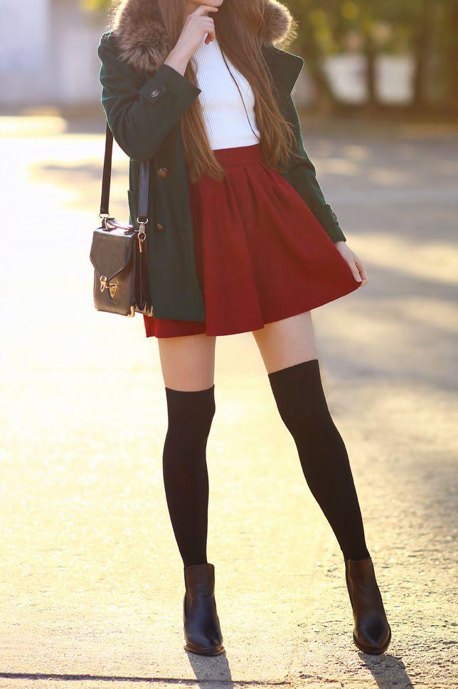 Zielony płaszcz, biała bluzka, czerwona spódniczka i czarne zakolanówki | Ari-Maj / Personal blog by Ariadna Majewska