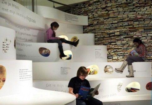 """Muzeum Książki dla Dzieci w Hadze zorganizowało wystawę pt.""""Papiri"""".Wnętrze muzeum,zaprojektowane przez studio Platvorm i biuro Grob Enzo,od stóp do głów wypełnione zostało książkami.Stosy książek poza funkcją wystawienniczą,pełnią również rolę ścian.W muzeum znajduje się wiele interaktywnych przestrzeni,które zachęcają dzieci do obcowania z książką. http://sztuka-wnetrza.pl/274/artykul/sciany-do-poczytania"""