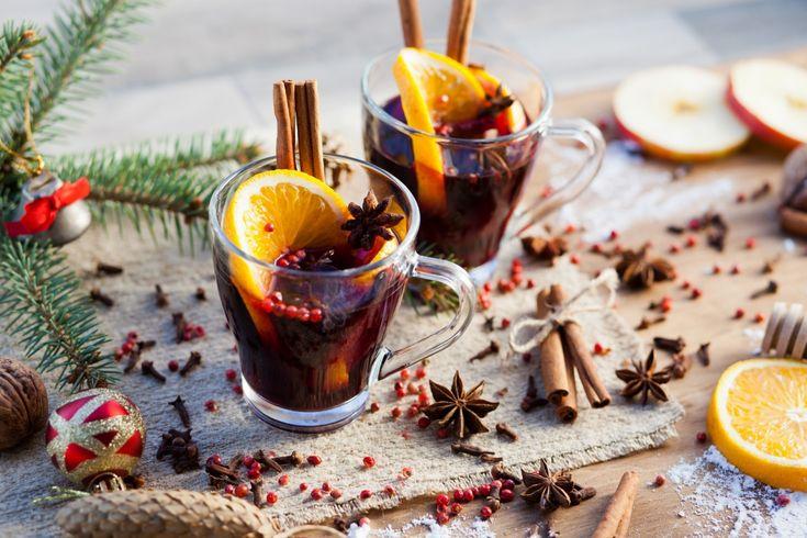 Zanedlouho nám začíná advent a s ním přicházejí i vánoční trhy, ke kterým neodmyslitelně patří dobrý svařák. Pokud si však tento hřejivý nápoj toužíte připravit sami doma, máme pro vás jednoduchý recept, který vám zabere jen pár minut.