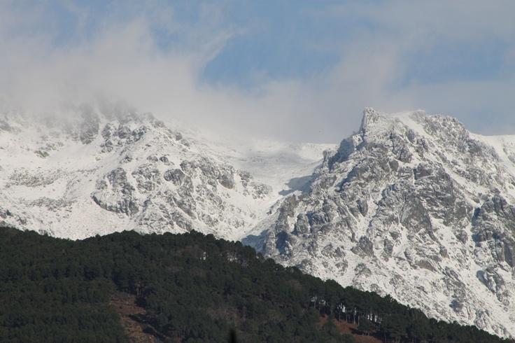 Rocas nevadas de Gredos,fotografiadas desde Gredos  www.lunacandeleda.com