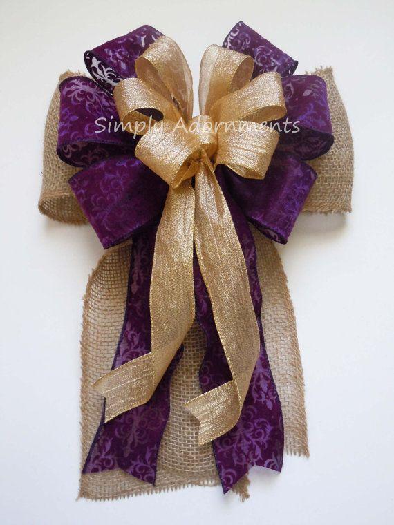 Cette liste est pour un or Shabby chic rustique toile de jute et aubergine arc de mariage.  Ce noeud est fait de 2 magnifiques rubans filaires et ruban de toile de jute naturelle 5». Un ruban est 2,5 de Damas de velours violet profond, on est froissé métallisé or filaire ruban de 1.5. Pour ce noeud en particulier, il a 6 banderoles de longueur variable, deux de chaque type de ruban en satin, avec mesure du haut de l'arc à la fin de ses banderoles de la longueur. S'il vous plaît sélectionner…