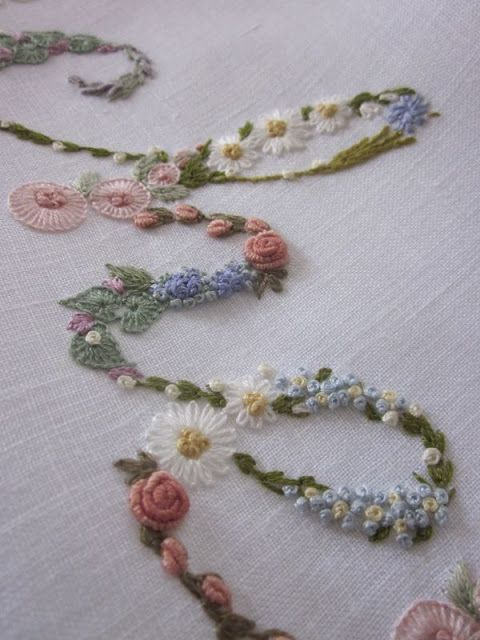 Elizabeth Hand embroidery: The font is the Abbeyline and if you want to use it to fill it with flowers, I suggest you enlarge it a lot, over 150 of Word.