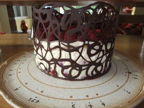 Je vous ai mis dimanche ma recette du Tiramisu Framboise pour pouvoir vous parler aujourd'hui d'une décoration facile à faire (elle vous prend 15 minutes) et qui fait son effet. Pour cette déco il vous faut 100g de chocolat environ, une poche à douille...