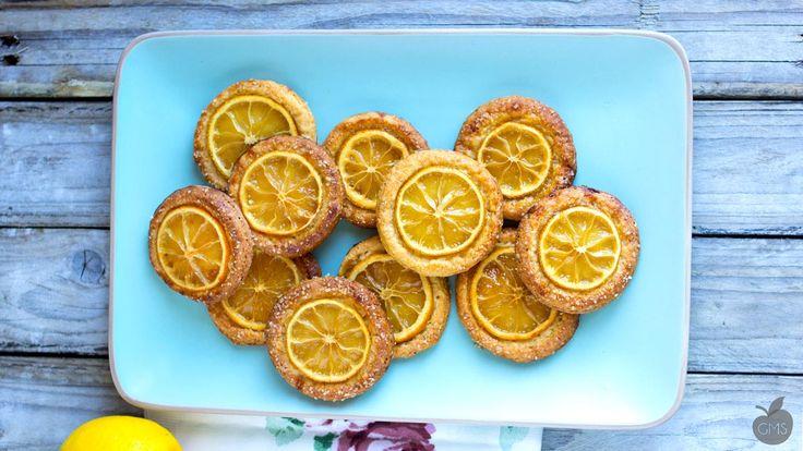 Biscotti al limone vegan, buonissimi e croccanti, caramellati con lo zucchero di canna, super facili e veloci, nonché bellissimi da presentare e regalare!