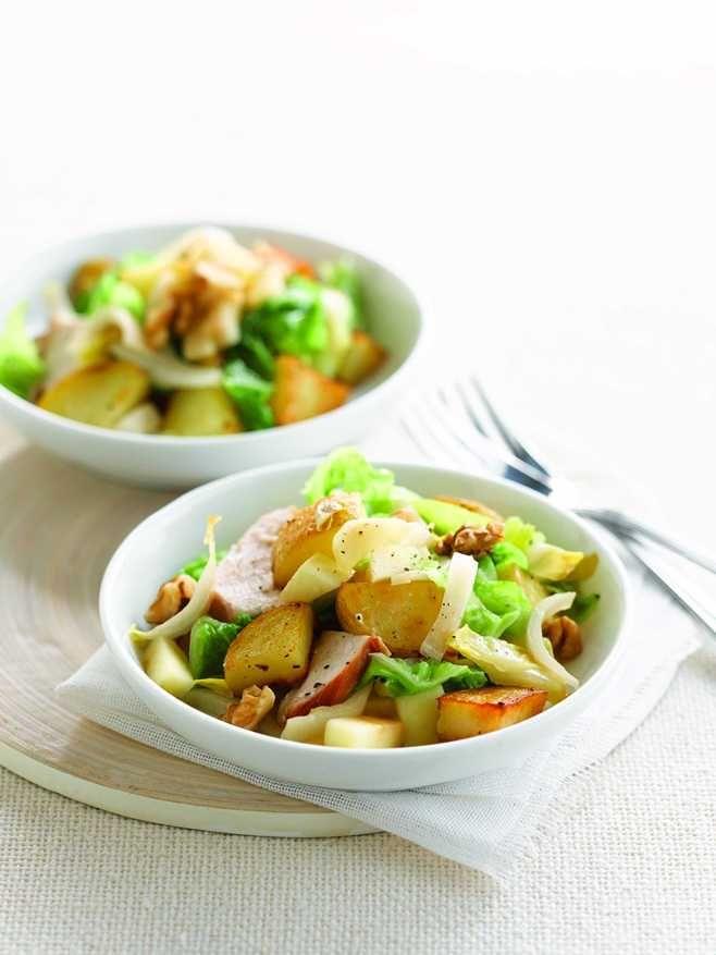 Salade van aardappeltjes in de schil met witloof, savooi, appel en gerookte kip