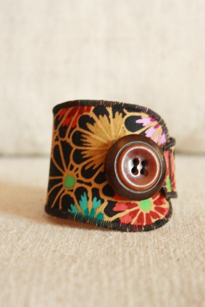 Bracelet manchette textile tissu à fleurs beige et noir