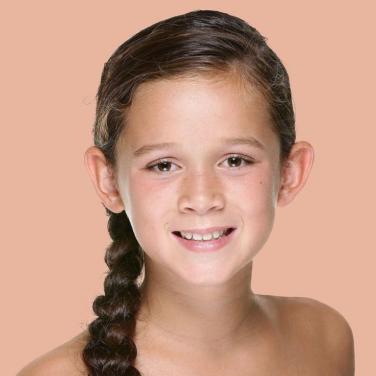 """Tante: """"Melanie: ik noem haar mijn mini-me. Ze is misschien mijn nichtje maar ik zie zoveel van mijzelf in haar. Ze is spontaan zorgzaam en geniet van alles in het leven. Voetbal is haar grote passie en ik zie een hele mooie toekomst voor haar in de sport."""" - #project365 #day263 #photochallenge #beauty #human #skin #tones #pantone7415c #portraitpantone #girl #girllovesfootball #browneyes #fotograafdordrecht #fotograafzuidholland #photographer #dk_photography #portraitphotographer…"""