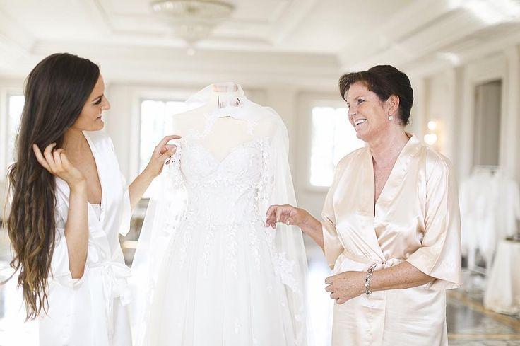 The bride and her beautiful mom 💕  #szaboglenne #glennewedding #leilahafzi