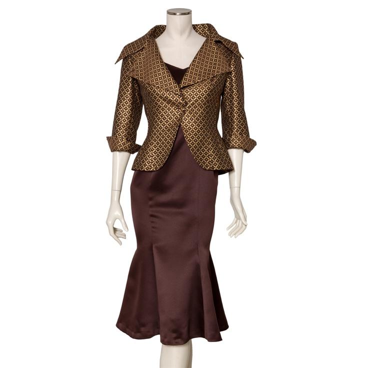 Equipo Moda. Traje de seda de chaqueta dorada y vestido de satén marrón.