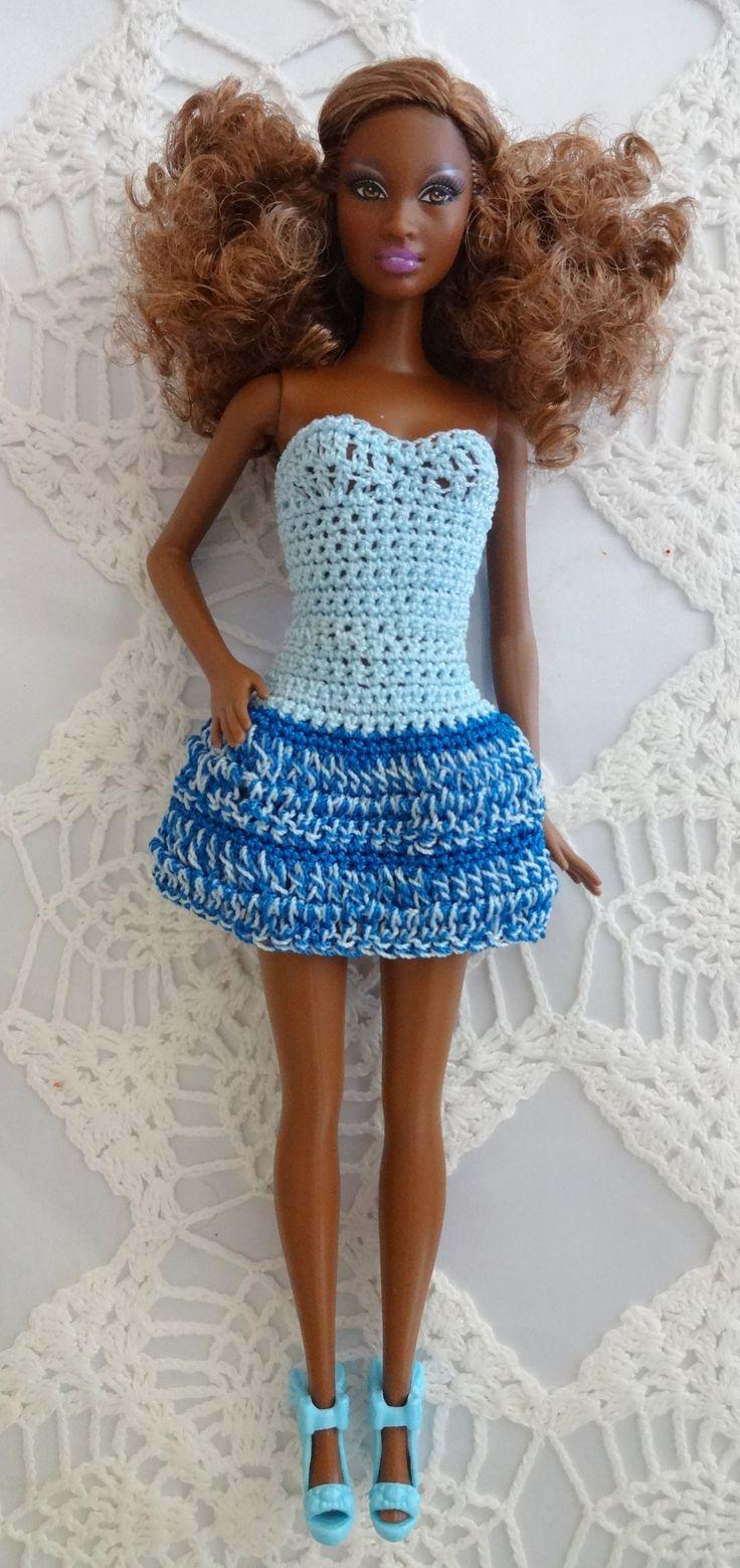 .Vestido Azul en tres colores Aviso! hay unos zapatos que venden para Barbie que despintan o sea le pinta el pie a la muneca y luego no hay nada con que se pueda sacar el color al pie. Hay que tener cuidado con esos tipo de zapatos.