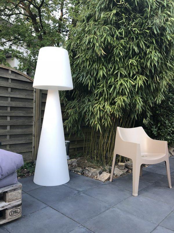 Stehleuchte Weiss Aus Kunststoff Fur Den Garten Die Outdoor Stehlampe Ist Eine Echtes Design Objekt Und Garten Stehlampe Stehlampe Design Solarleuchten Garten