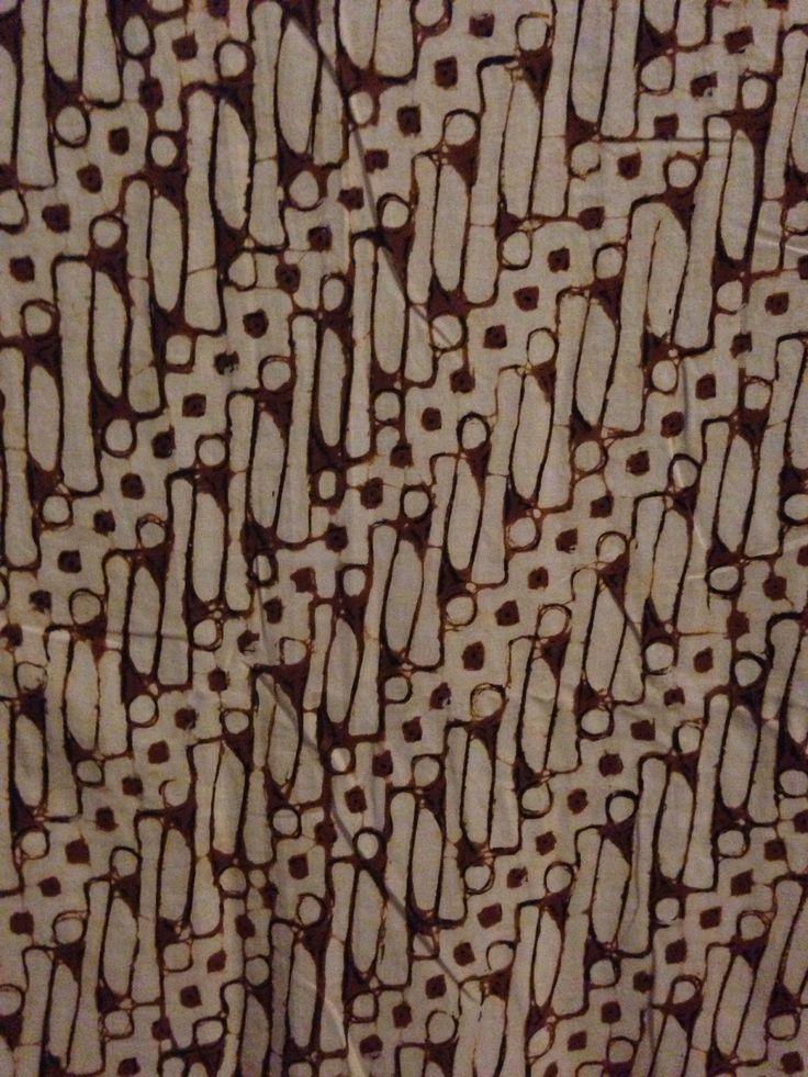Parang Parikesit (Ambarukmo Jogja) Pari = Padi, kesit = bersih, putih. Dalam cerita wayang Parikesit adalah putera Abimanyu (anak Arjuna) yang menjadi raja setelah perang Baratayudha. Parang kesit adalah motif parang rusak yang mlinjon atau blumbangannya berwarna putih.