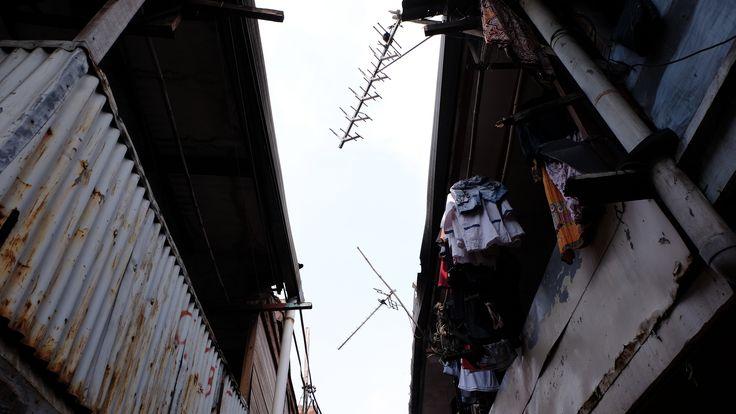 "Qatrunnada Salsabila / 1306392784  ""Menua Termakan Waktu"" Karat dan cat yang mengelupas bukan hal yang aneh. Saksi kehidupan di kampung-kampung Jakarta.  Fujifilm X-T10 / f/8 / 1/250 / ISO 320 / 16mm / Pattern / Auto WB / Flash Off"