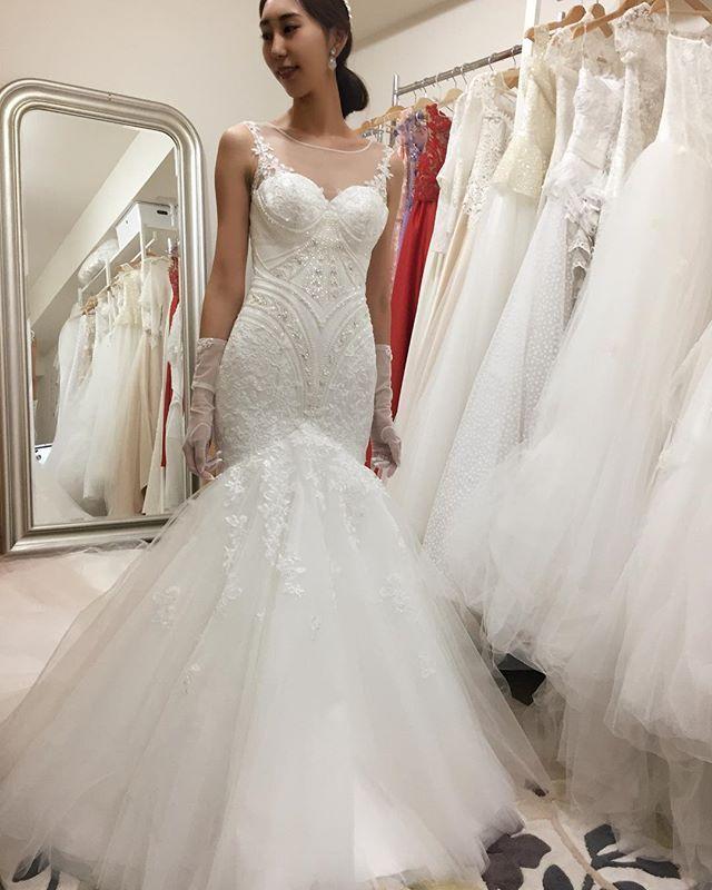 My Dressちゃん...♡..仕上がったとご連絡を受けてフィッティングに🙆🏻自分の身体に合うドレスを身に纏ってとても気持ちが高揚しました😶💓段々と当日が近づいていることを実感….ウクライナのブランドで個性的なデザインが好みドンピシャです。後ろも横も早くみんなに見て欲しいくらい本当に素敵なドレス♡このドレスがもっと馴染むように身体を作っていきます🏋🏻♀️(間に合うかな…?)...#ウェディングドレス#マーメイドドレス#日本ではこのブランドを取り扱ってるお店はここだけ#なかなか同じドレスを着る人いないだろうな#出会えてよかった #運命のドレス#オーナーさんも素敵な方#もっと広まればいいな#インポートドレス#サイズオーダードレス#ドレス迷子#ドレス試着#weddingdress#bridal#2017年秋婚#ちーむ1021#長身花嫁#高身長花嫁#プレ花嫁#結婚式準備