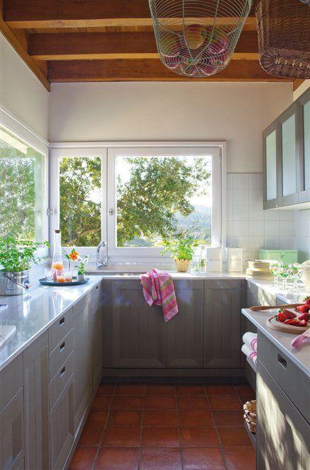 Resultado de imagen de cocinas pequeñas cesta en el techo