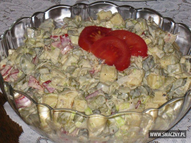 Chrupiąca sałatka z ogórków konserwowych i pora
