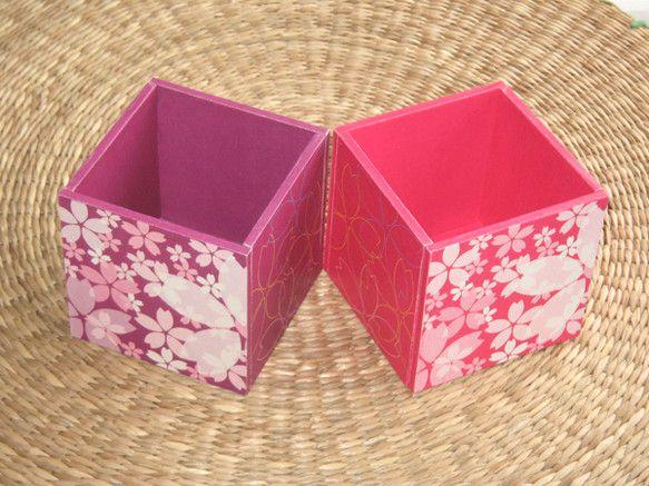 春らしい柄、桜の花が満開のイメージで出来上がったデザインのペン立てです。器が大きいので太めの筆記具、化粧用具などが収納可能です。他さまざまな小物入れに使え、軽...|ハンドメイド、手作り、手仕事品の通販・販売・購入ならCreema。