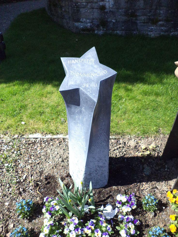 """Grabstein Material: """"Belgisch Granit"""" Kalkstein. Thema Stern."""