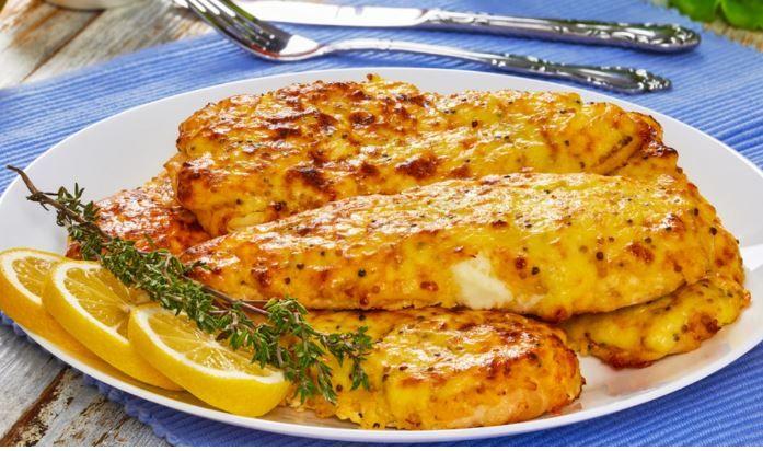 Στήθος κοτόπουλου με μουστάρδα, μέλι και τυρί στο φούρνο.